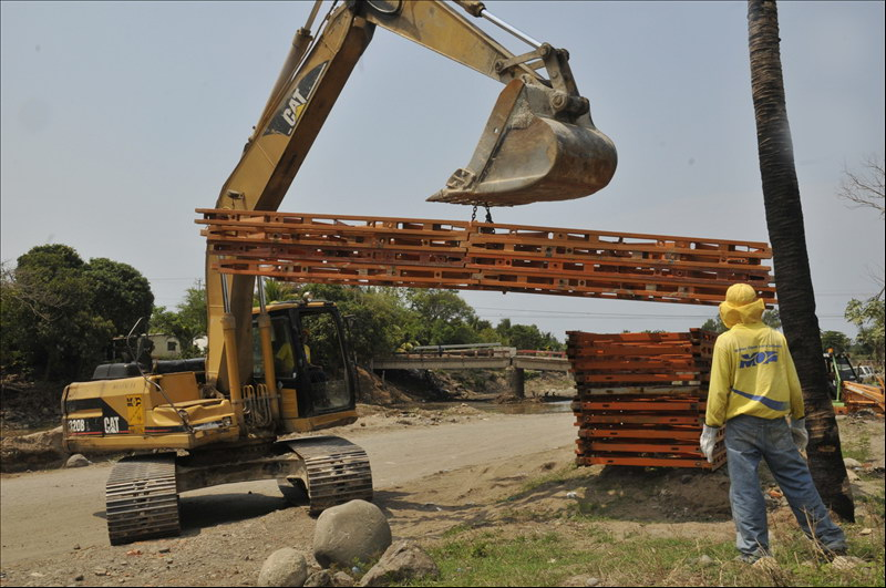 Instalación de puente provisional sobre el Río Huiza, Cantón Melara, Puerto de La Libertad