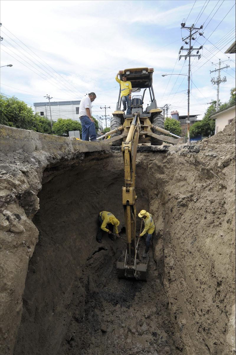 MOP repara hundimiento en 25 Avenida Sur, San Salvador