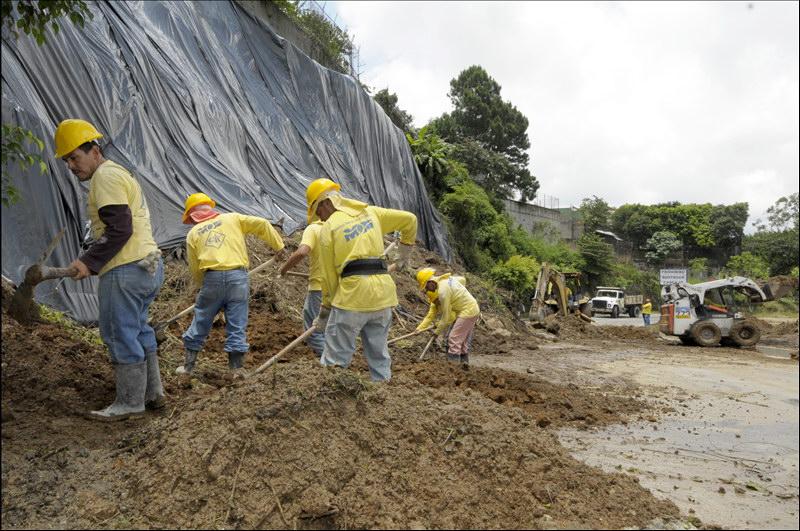 MOP acelera limpieza de escombros por desprendimiento talud en La Cima I para iniciar obras de mitigación