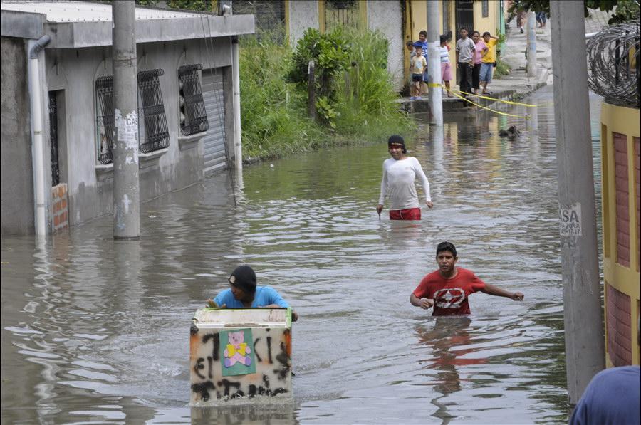 MOP trabaja con dos bombas achicadoras en la Colonia Mareli, Residencial Victoria, Soyapango, afectada por inundación provocada por la tormenta matthew.