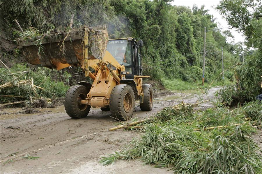 MOP Y FOVIAL retiran escombros en Carretera a Comalapa.
