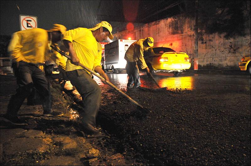 MOP realiza obras de bacheo nocturno en Calle Rubén Darío