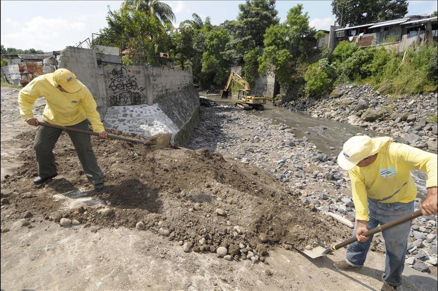 MOP realiza obras de dragado Río Arenal de Monserrat, zona Colonia Málaga, San Salvador