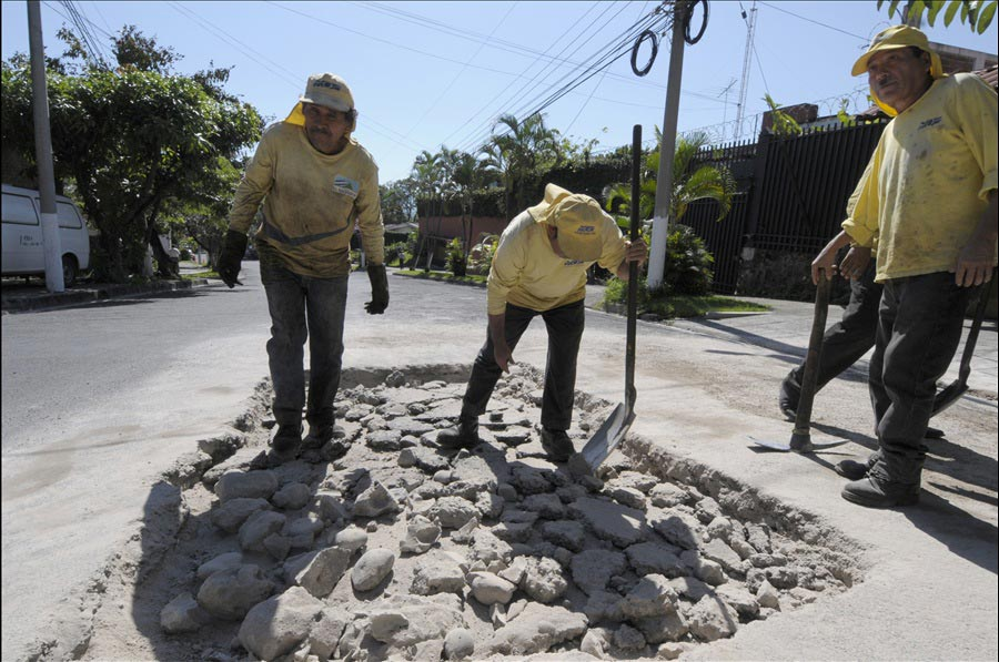 MOP realiza bacheo y repara hundimiento en San Salvador