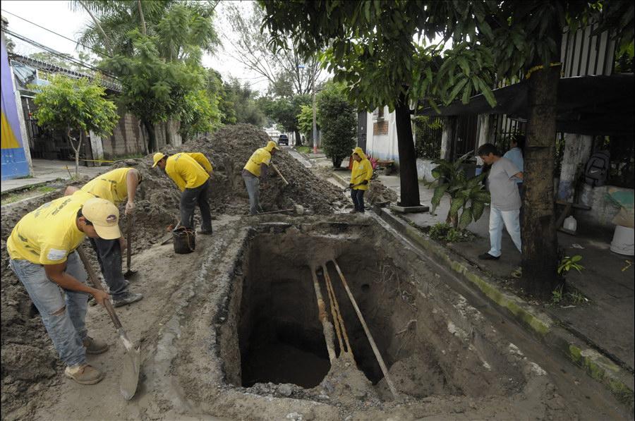MOP por concluir reparación hundimientos en 25 Calle Poniente, entre 2da. Avenida Norte y Avenida España, San Salvador