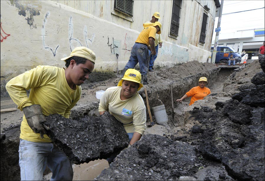 MOP repara hundimiento en Ciudad Delgado causado por fugas aguas negras y potables