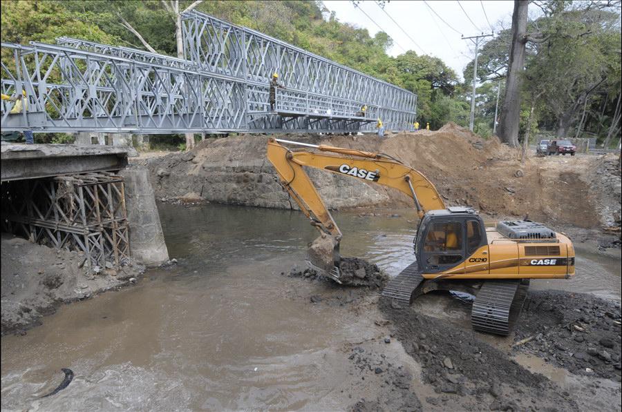 MOP coloca puente modular sobre Río San Antonio, Carretera El Litoral, La Libertad