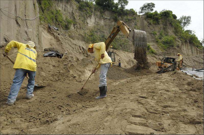 MOP avanza en obras de mitigación en Calle Román Peña, por Cementerio General de San Martin
