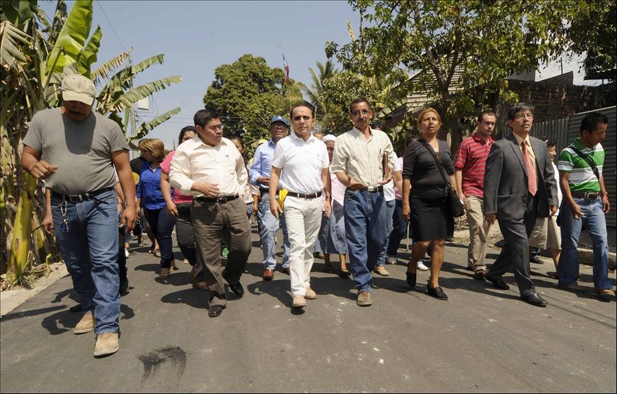 MOP pavimenta calle principal de Colonia Hábitat Confíen, Ciudad Delgado