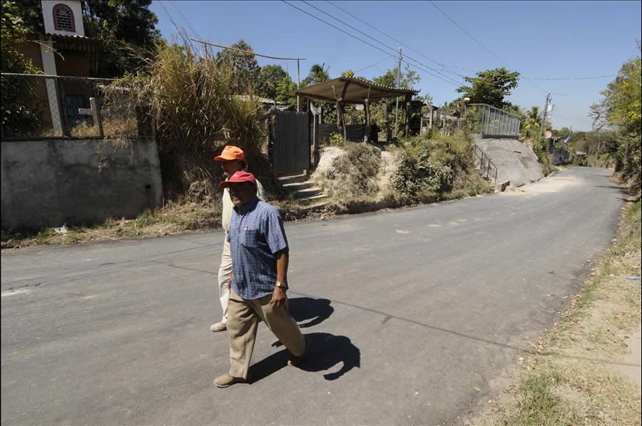 MOP por concluir pavimentación de calle y obras de protección en Cantón Arenales, Ciudad Delgado, San Salvador
