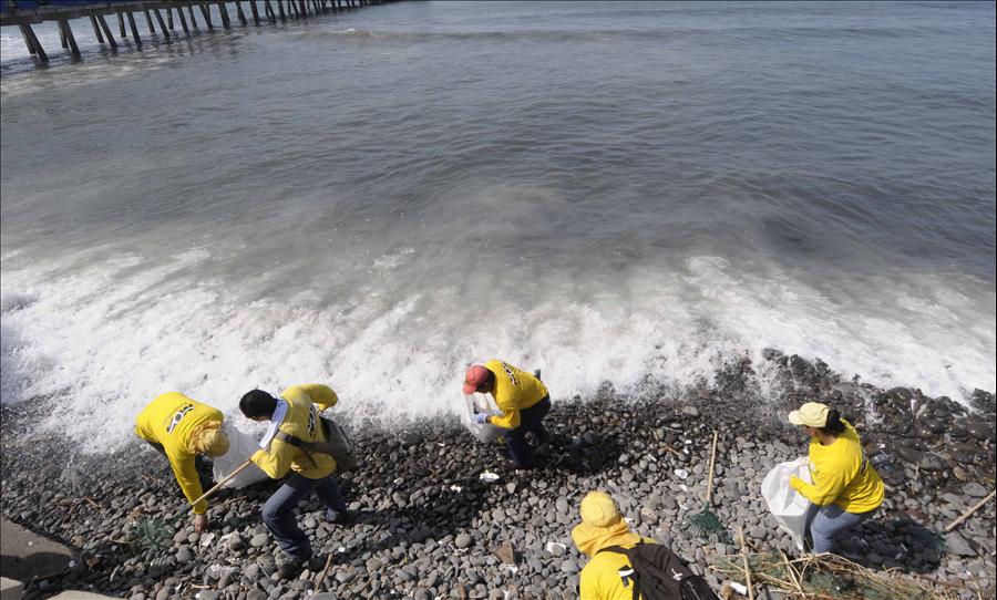 MOP inicia jornada de limpieza en playas afectadas por marejada