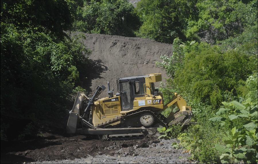MOP inicia limpieza de obras de protección en Volcán Chaparrastique y obras de dragado en Rio Grande de San Miguel