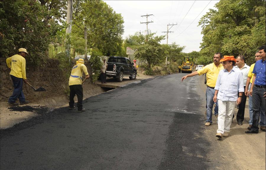 MOP ejecuta Fase II de pavimentación Calle Chaparrastique, San Miguel