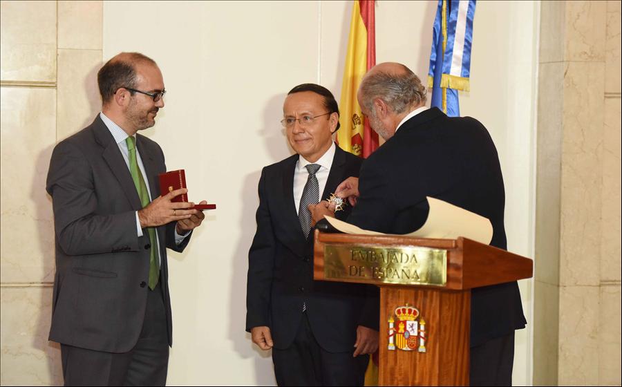 Ministro Obras Públicas recibe condecoración de Reino de España