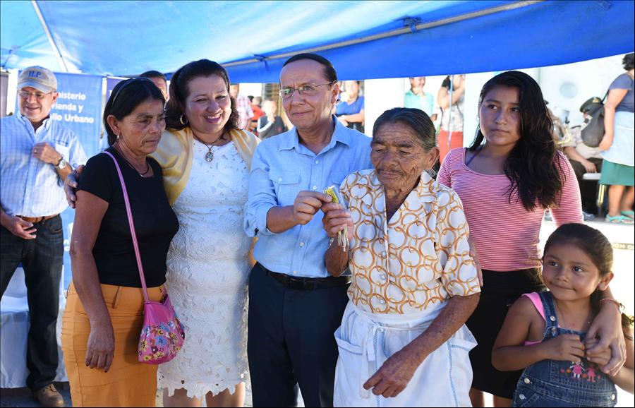 Viceministerio entrega viviendas permanentes a 104 familias de San Sebastián