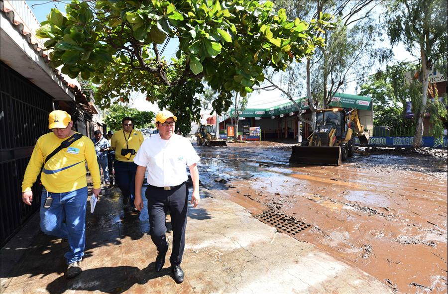 MOP inspecciona y realiza tareas de limpieza en Comunidad Las Lajas, Colonia Escalón, San Salvador