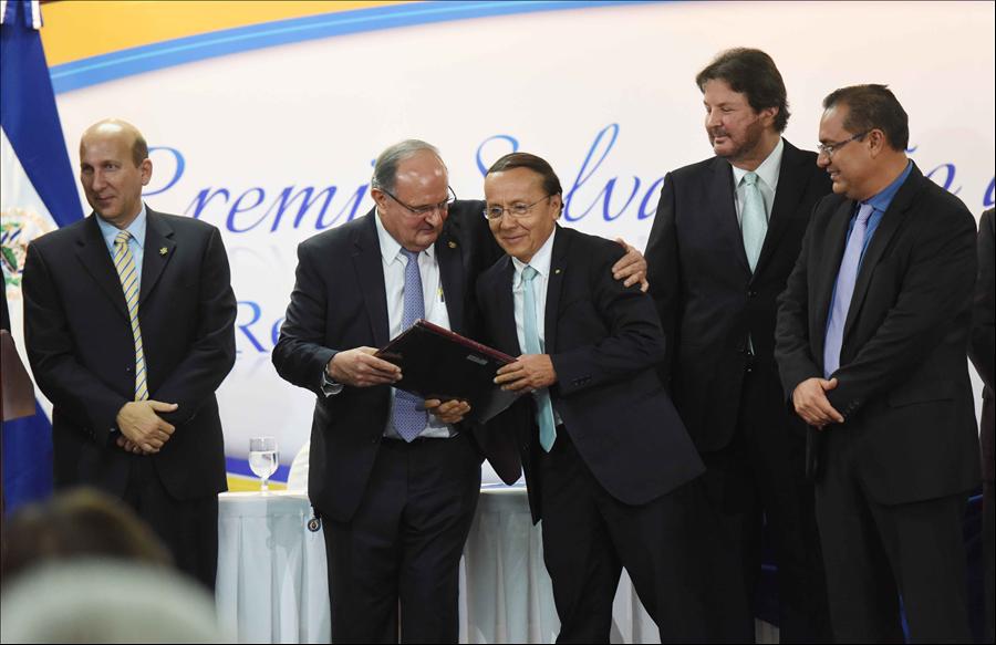 Gobierno reconoce a MOP y Fovial con Premio Salvadoreño a la Calidad