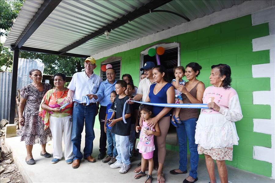 Viceministerio entrega 81 viviendas a familias de Santa Ana