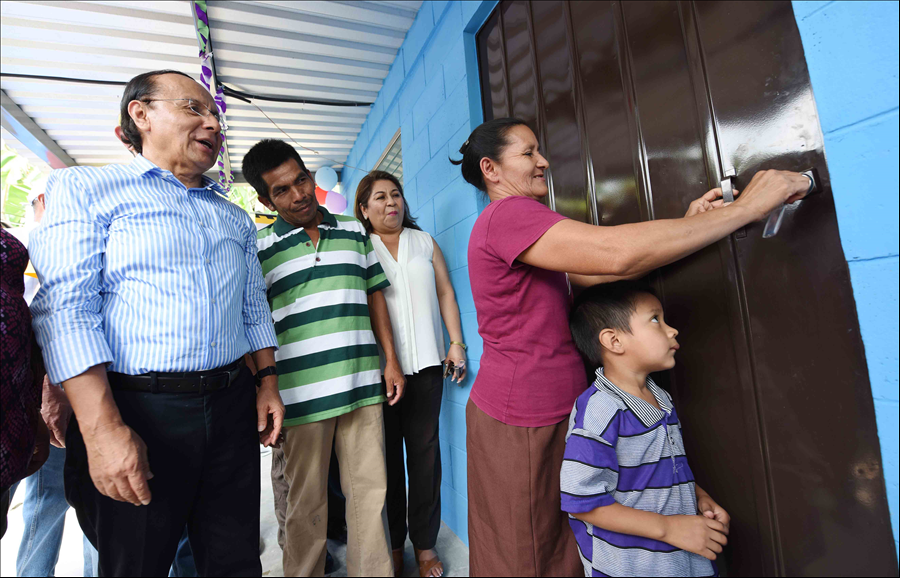 Cuscatlán: Viceministerio entrega viviendas a 173 familias del municipio de El Carmen