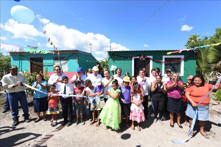 Más familias de Tecoluca, San Vicente, beneficiadas con viviendas permanentes