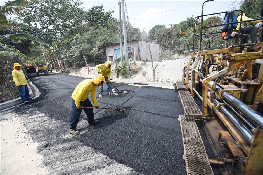 """MOP pavimenta 1.5 kilometros de calles en Asentamiento Urbano """"El Castaño"""", Soyapango"""
