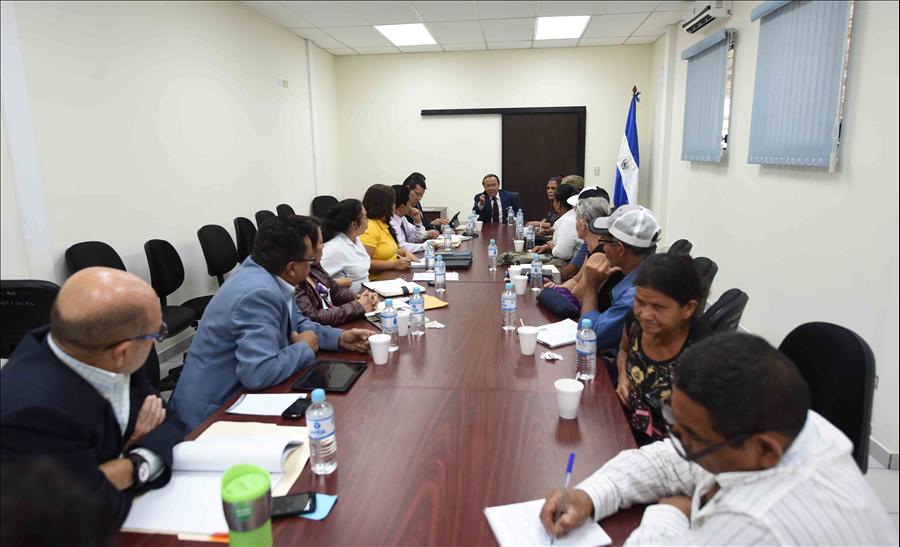 MOP se reúne con representantes de comunidades que demandan viviendas, legalización de tierras y obras viales