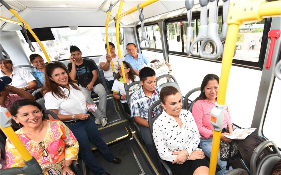 Autoridades de MOP e Inclusión Social comparten con usuarias de SITRAMSS en recorrido