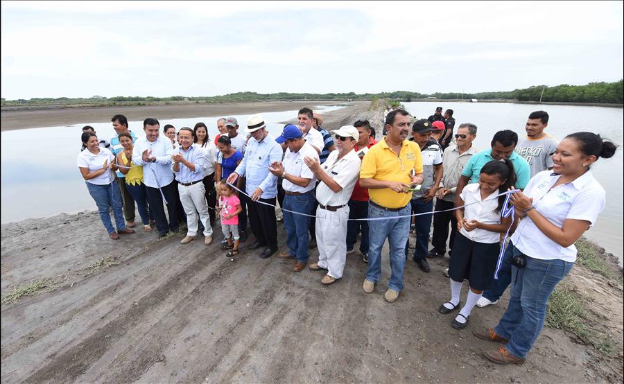 MOP entrega a cooperativas del Bajo Lempa la recuperación de estanques camaroneros dañados por azolvamiento
