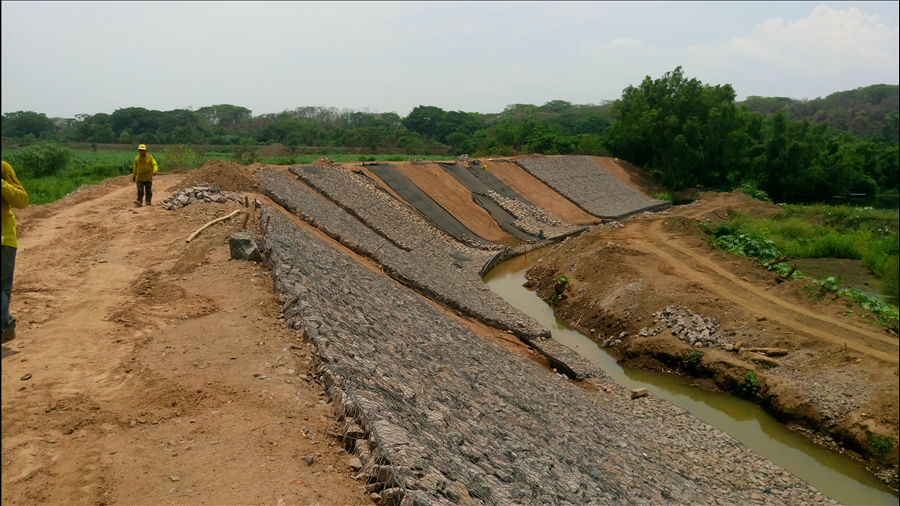 MOP avanza en la Etapa II de reparación de bordas sobre Río Grande de San Miguel, en municipio de Puerto Parada, Usulután