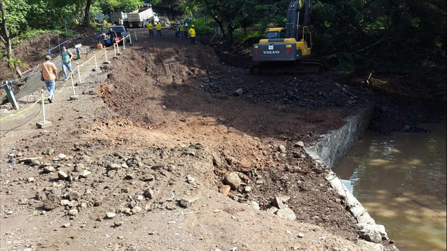 MOP trabaja sin descanso por la rehabilitación de paso provisional a Chapeltique, San Miguel