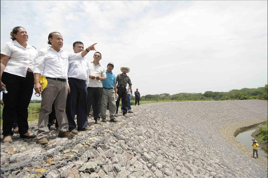 MOP entrega a comunidad construcción de bordas sobre Río Grande de San Miguel, en municipio de Puerto Parada, Usulután