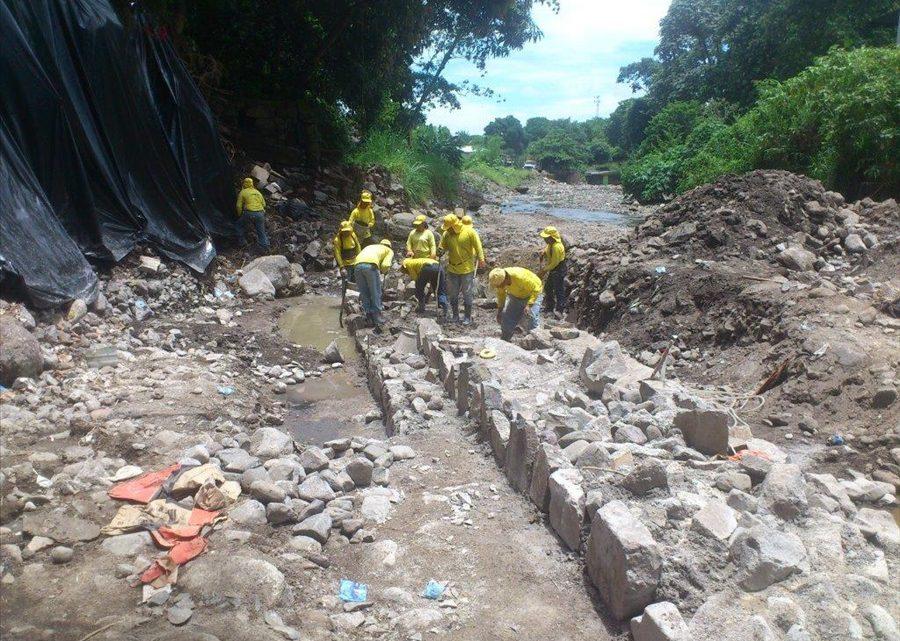 MOP ejecuta obras de protección en Río Colón, municipio de Colón, La Libertad