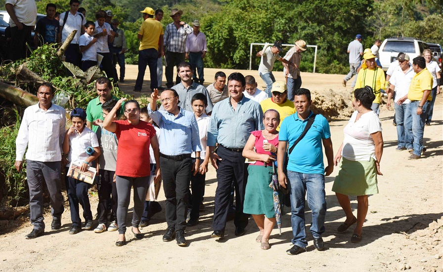MOP repara caminos vecinales y abre nuevos en Cantón Las Minas, Chalatenango