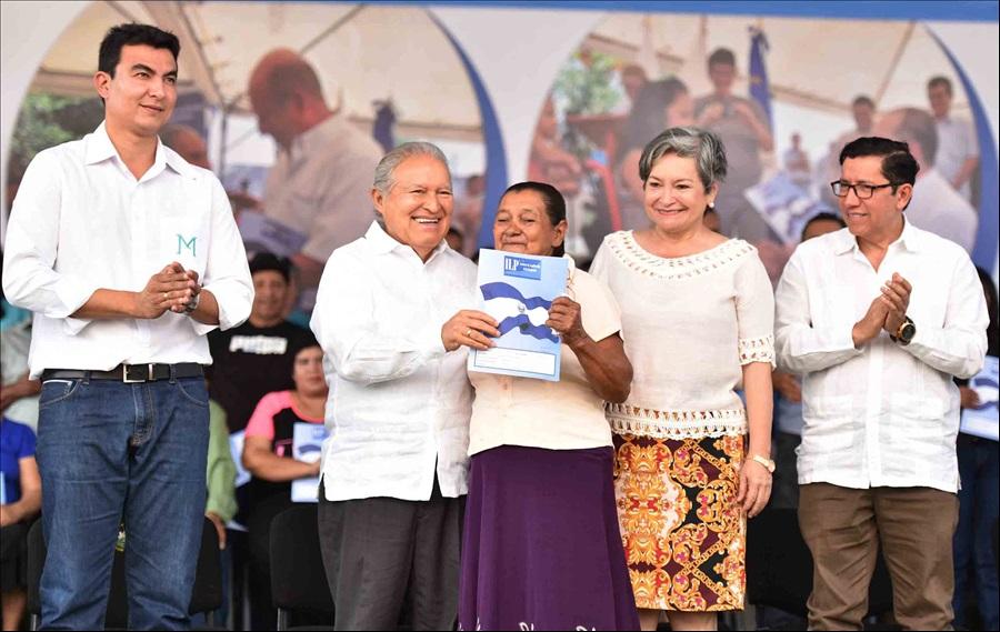 Presidente Sánchez Cerén entrega escrituras a 179 familias de San Miguel