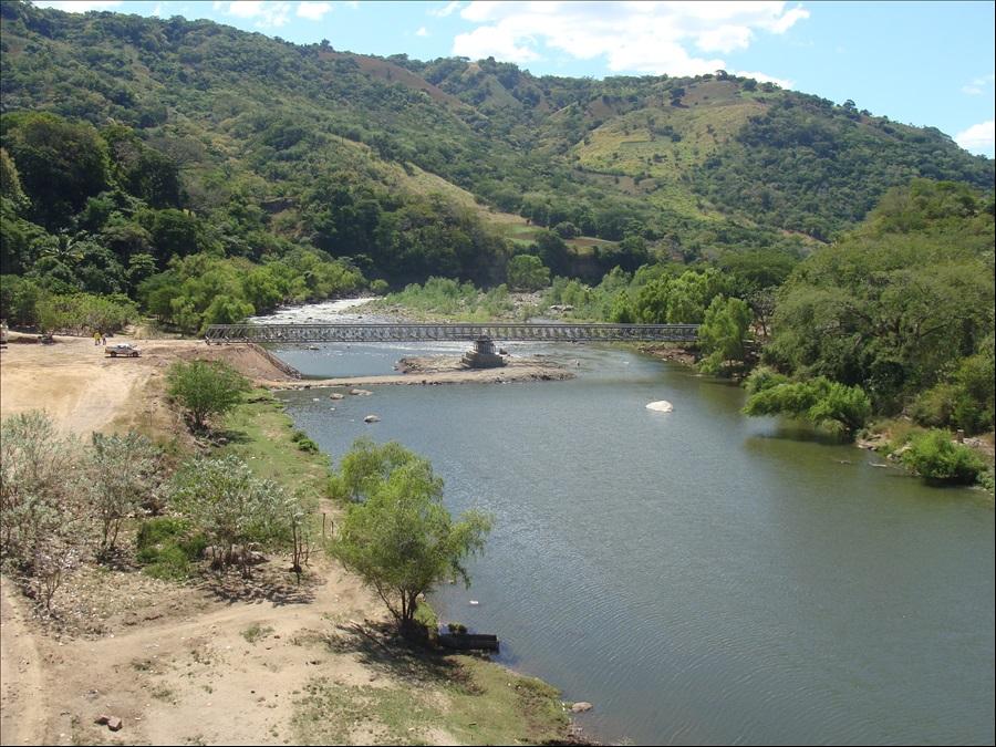 MOP coloca el piso de puente provisional en Frontera Las Chinamas