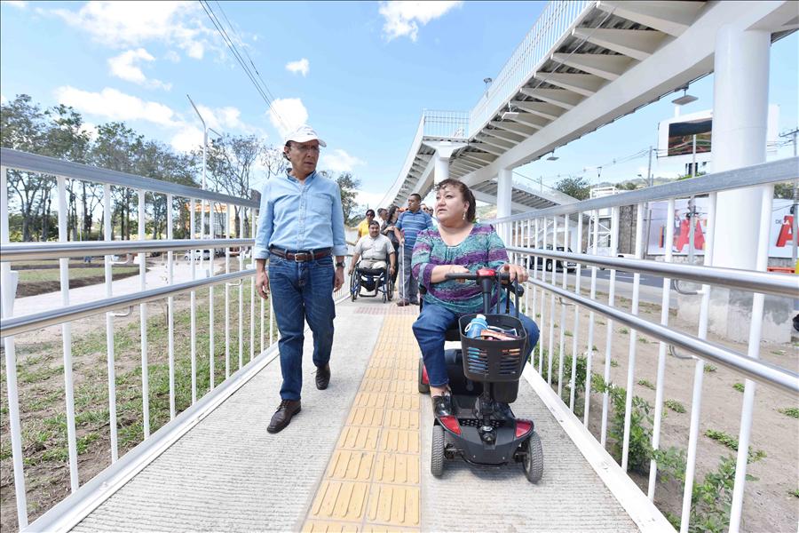 MOP, ciclistas y personas con discapacidad verifican cumplimiento de normas universales en pasarelas construidas en túnel Masferrer
