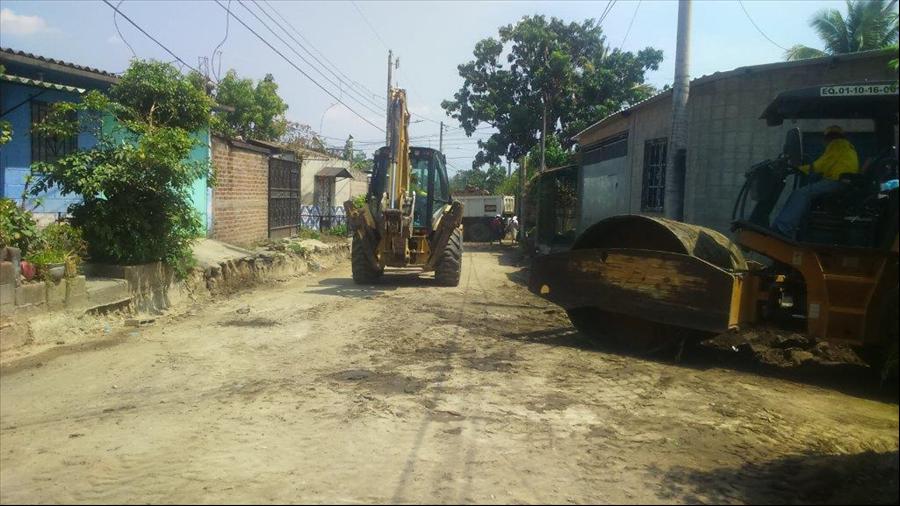 MOP ejecuta 2 proyectos viales y de drenajes en calle principal de Colonia El Sunzal, Apopa