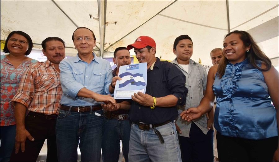 MOP entrega escrituras de propiedad a 102 familias de comunidades Las Palmeras y Las Margaritas, Santa Tecla, La Libertad