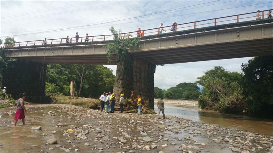 MOP acompañado de expertos de Japón, inspeccionan daños en puente carretera a ciudad de Chalatenango