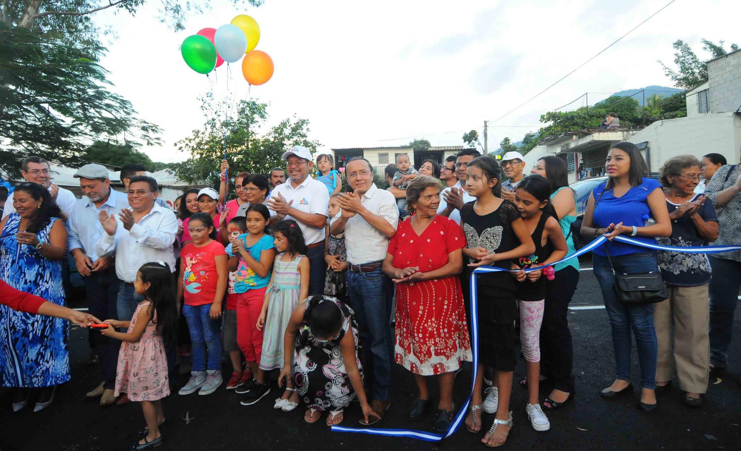 MOP entrega pavimentación de 5 parqueos en Residencial San Pedro, Mejicanos