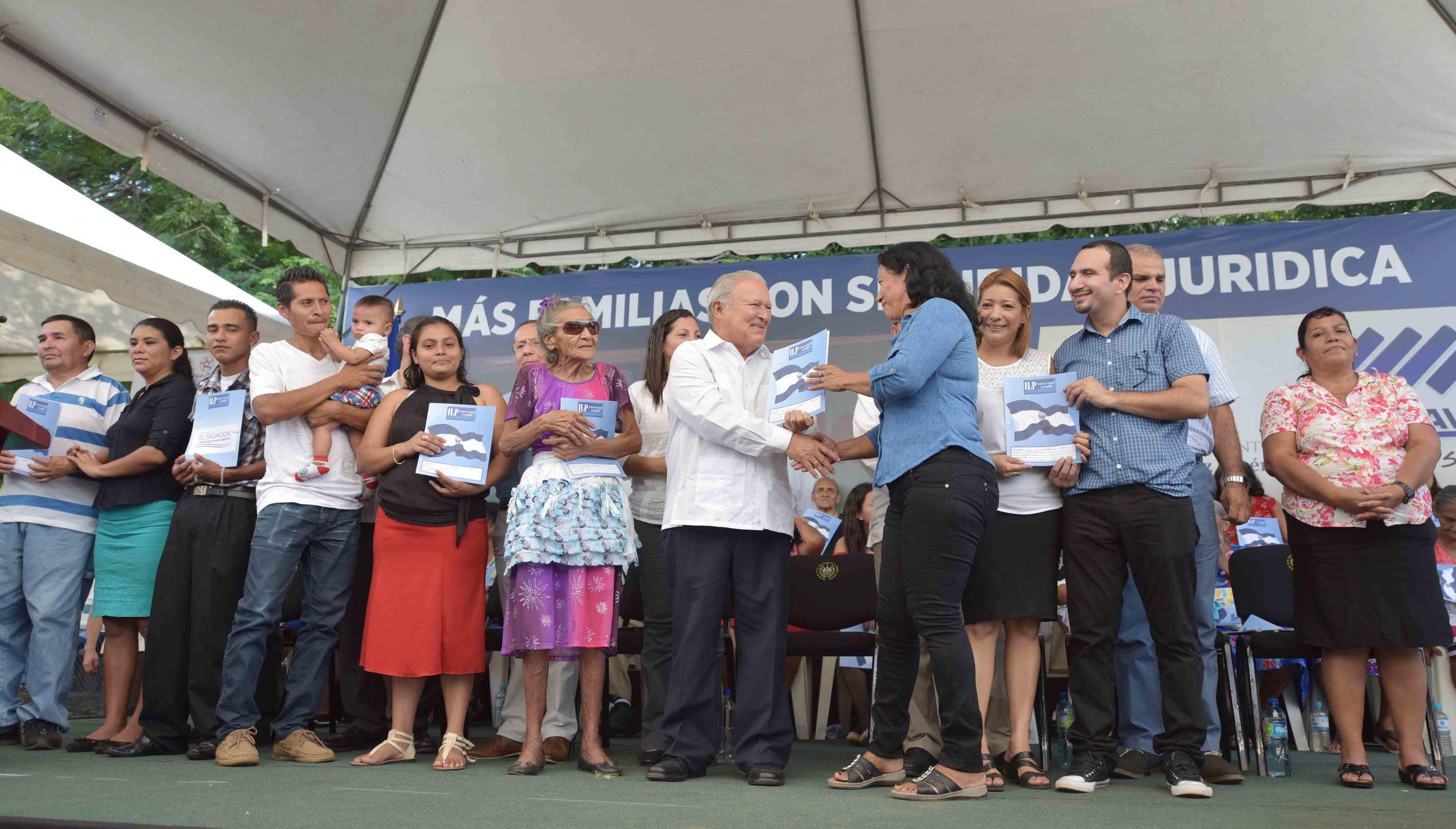Presidente entrega 617 escrituras a familias de Usulután y San Miguel