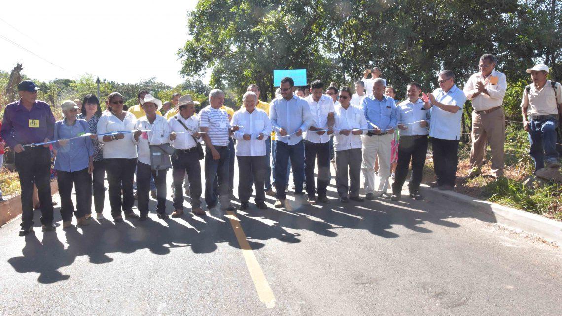 Presidente de la República y MOP entregan a comunidades pavimentacion de 3.3 kilómetros Tramo: Arambala-desvío El Mozote, Morazán