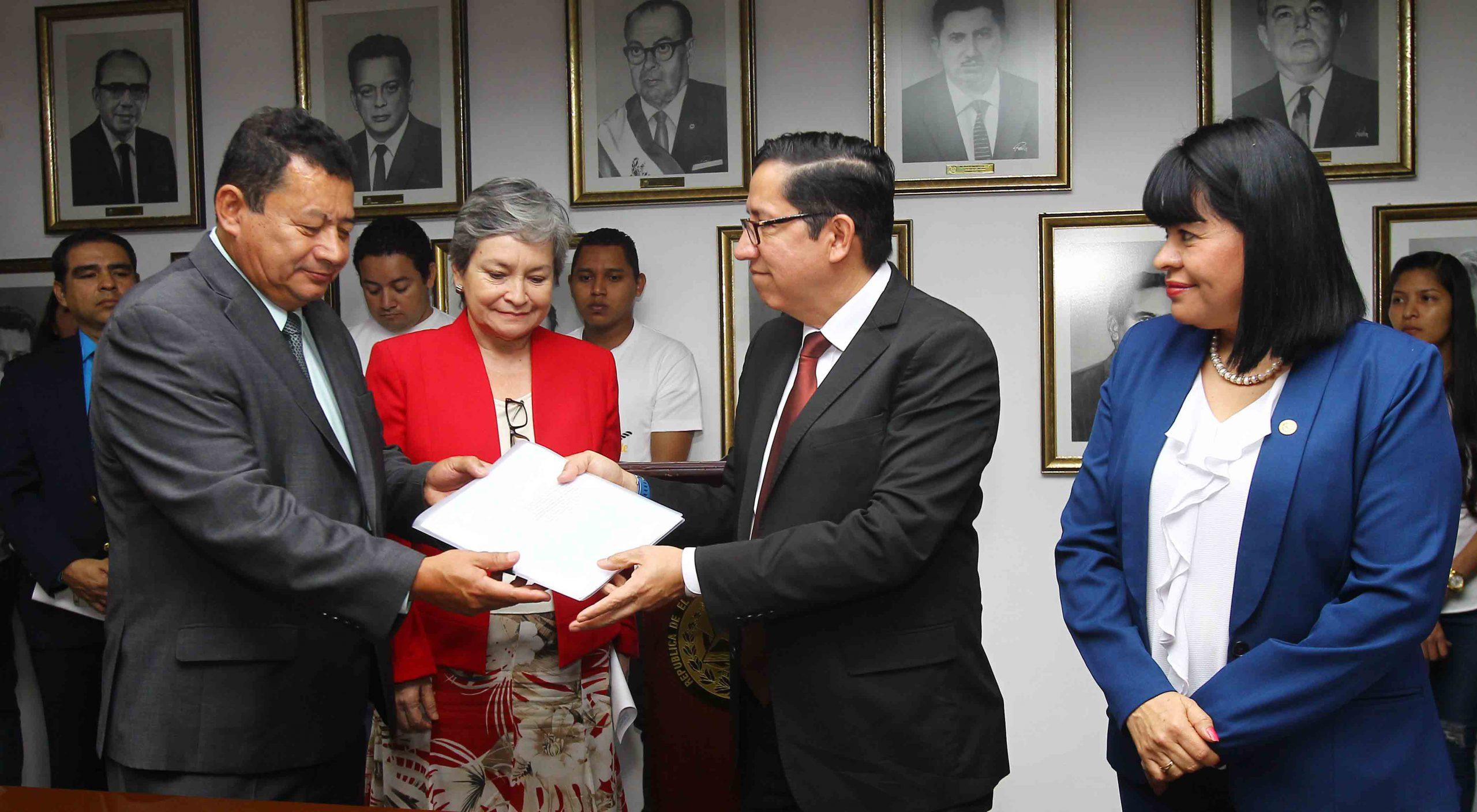 MOP presenta al Legislativo Anteproyecto de Ley Reguladora para contratación marinos salvadoreños en buques de bandera extranjera