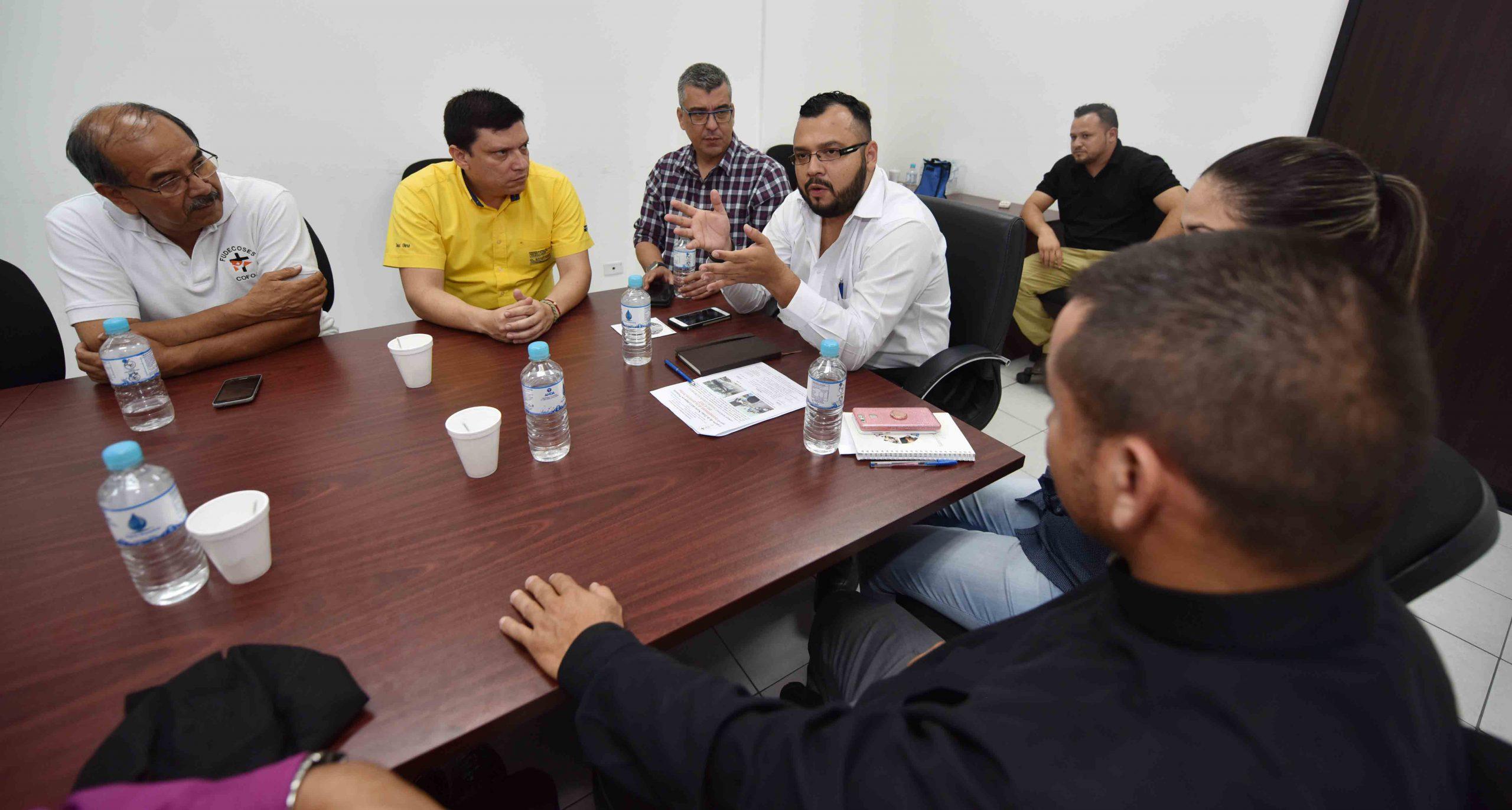 MOP se reúne con comunidades de Jiquilisco para buscar solución a problema de falta de puente