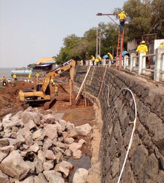 MOP construye muros como parte de obras en calle de acceso al Malecón La Unión