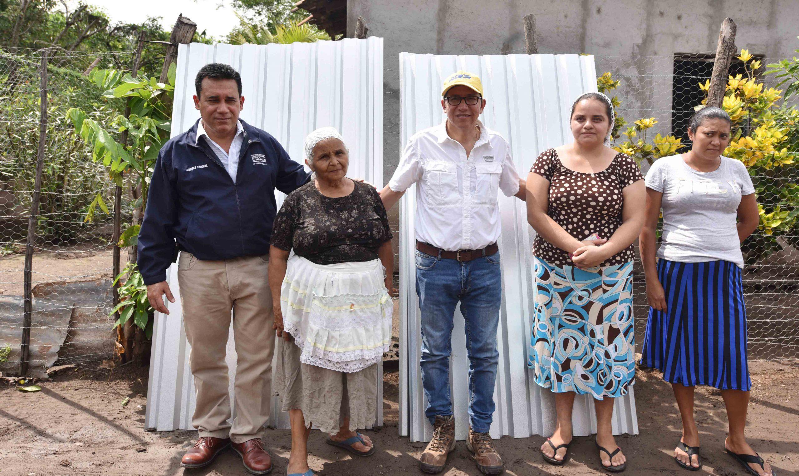 Familias afectadas por enjambre sísmico reciben material para reparar sus techos