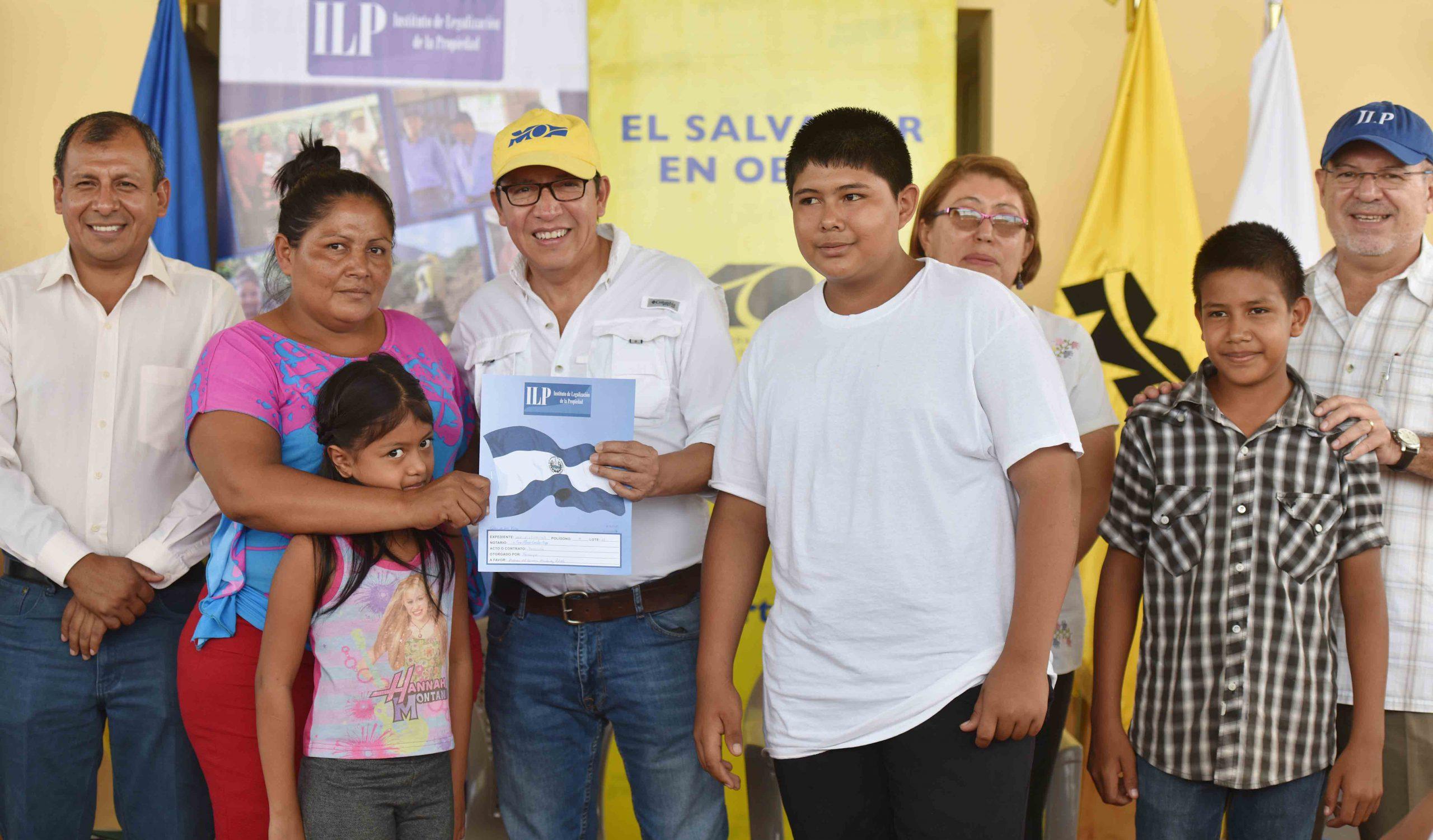 198 familias de la Ciudadela Villas de San Pedro reciben escrituras de propiedad
