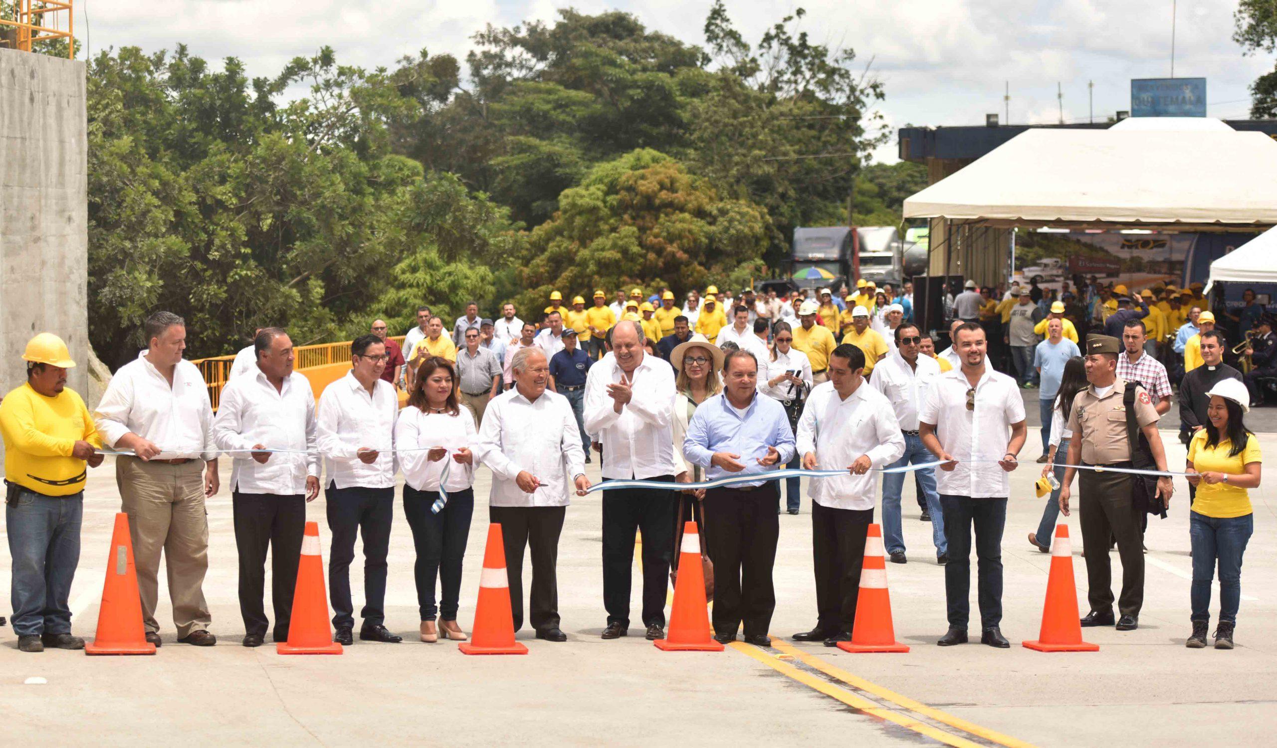 """Presidente de la Republica inaugura puente binacional """"La Hermandad"""", Frontera Anguiatú, entre El Salvador y Guatemala"""