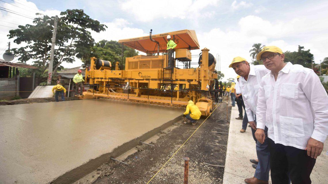 MOP avanza en colocación de concreto hidráulico en pista de Carretera al Puerto de La Libertad