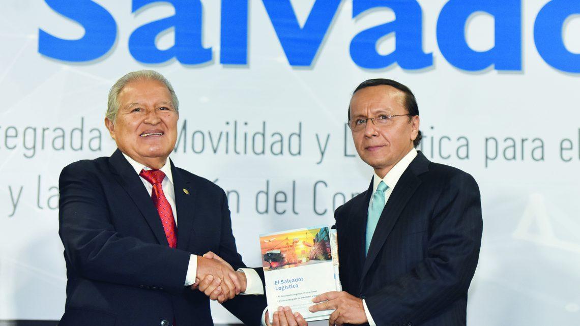 SIECA condecora a exministro de Obras Públicas, Gerson Martínez, con la Orden del Jaguar